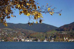 Blick zum Kloster Tegernsee im Herbst